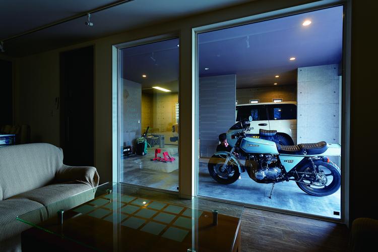 室内からガレージを眺める
